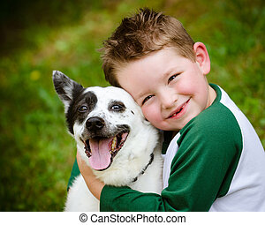 abbracciare, suo, amorosamente, coccolare, cane, bambino