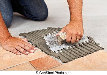 adesivo, tegole, pavimento, spargendo, ceramica, lavoratore, mani