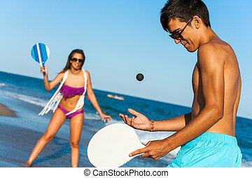 adolescente, smash, palla, coppia, tennis., spiaggia, gioco