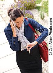 affari donna, chiamata, telefono, arrivare, casa, accorrere