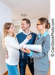 agente immobiliare, signora, nuovo, dettagli, contratto affitto, contratto, appartamento, ripieno