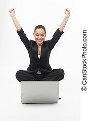 allegro, elevato, monitor, lei, donna d'affari, laptop., giovane guardare, mentre, computer, braccia, presa a terra, isolato, bianco