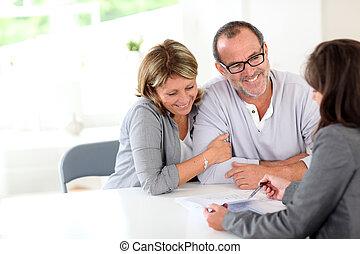 anziano, finanziario, coppia, contratto, firmare