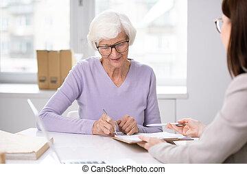 anziano, firma, consulente, mettere, secondo, assicurazione, accordo, lei, cliente