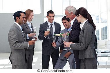 anziano, squadra, suo, riuscito, uomo affari, champagne, servire