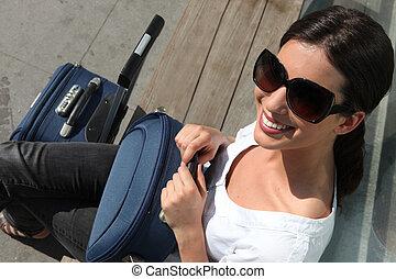 attesa, donna, occhiali da sole, valigia