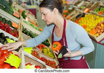 attraente, commessa, giovane, frutta, mercato