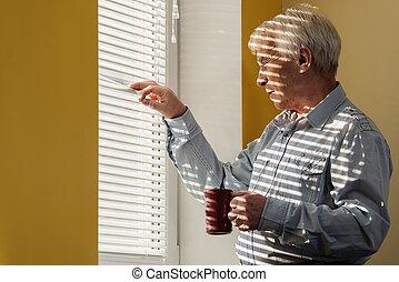 attraverso, uomo, tazza, finestra, anziano, jalousie, guardando fuori
