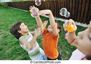 bambini, esterno, -, fuoco, gioco, movimento, selettivo, bolle, bambini, felice