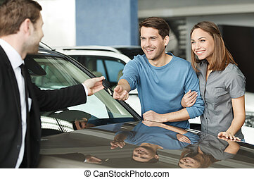 bello, choise., fatto, chiave, dare, automobile, proprietari, giovane, possedere, destra, vehical, essi, nuovo, commesso