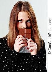 bello, grigio, holding donna, giovane, cioccolato, fondo
