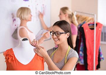 bello, moda, lavorativo, work., tre, giovani donne, studio disegno, grafici, occhiali