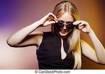 bello, primo piano, moda, colpo., occhiali da sole, donna, studio, trucco, ritratto, professionale, acconciatura