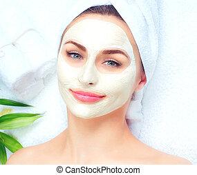 bello, testa, donna, applicare, lei, terme, maschera, mask., closeup, facciale, argilla, ritratto, asciugamano, ragazza