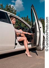 bianco, formale, bussola, automobile, ottiene, sharing., estate, apre, ragazza, città, cuoio, shoes., noleggio, fuori, completo, door., chiude, alto-high-heeled, affari, abbronzato, automobile, bello