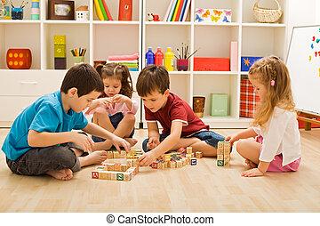 blocchi, bambini giocando