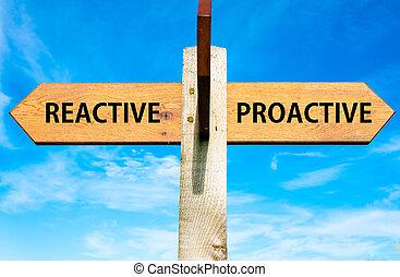 blu, contro, cielo chiaro, opposto, legno, signpost, sopra, frecce, due, comportamento, reattivo, messaggi, immagine concettuale, proactive