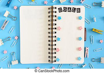 blu, iscrizione, open., ufficio, fondo., disordine, foto, cima, contenere, blocco note, quaderno, prossimo, bugie, rosa, supplies., pagine, asterisks., primavere, bianco, mete