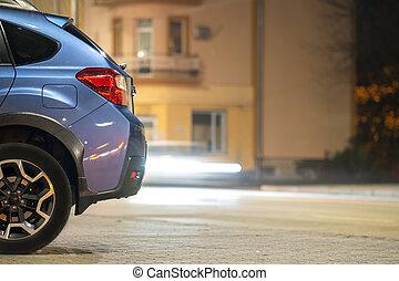 brillantemente, night., illuminato, blu, strada, macchina parcheggiata, città