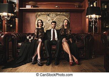 brunetta, il portare, completo, donne, seduta, bello, due, divano, bello