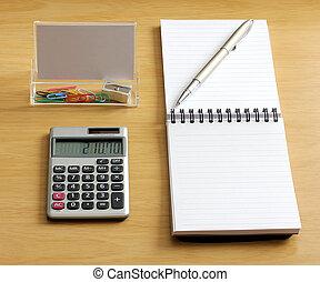 calcolatore, affilatrice, clip, penna, carta quaderno