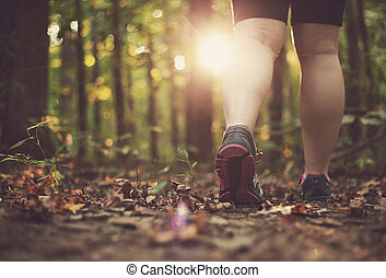 camminare, donna, attraverso, foresta