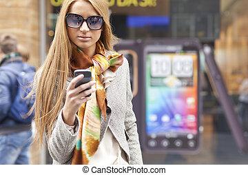 camminare, smartphone, donna, moda, giovane, strada