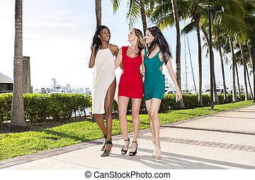 camminare, tre donne