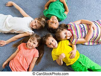 carino, poco, bambini, dire bugie, pavimento