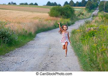 carino, sette, estate, anni, correndo, tramonto, ragazza, filds, giorno, strada
