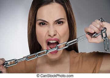 chain., donna, catena, giovane, isolato, grigio, dall'aspetto, mentre, macchina fotografica, presa a terra, aggressivo