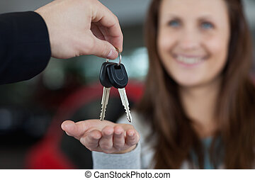 chiavi, mentre, ricevimento, sorridente, donna macchina