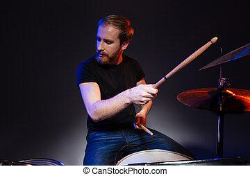 chiuso, gioco, occhi, barbuto, seduta, uomo, tamburino, tamburi