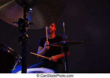 chiuso, gioco, occhi, uomo barbuto, attraente, tamburino, tamburi, godere