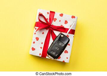 cima, concetto, chiave, automobile, presente, fondo, cuore, nastro, scatola gialla, arco, regalo, dare, rosso, colorato, vista.