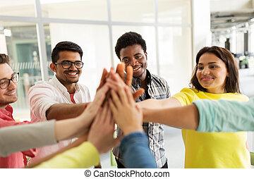 cinque, studenti, fabbricazione, gruppo, alto, internazionale