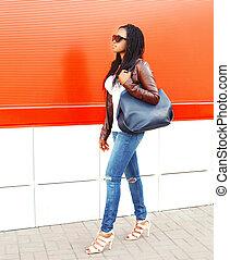 città, camminare, donna, sopra, borsa, moda, fondo, africano, rosso