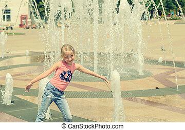città, poco, acqua, fountain., ragazza, gioco