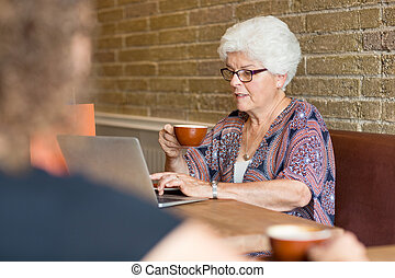 cliente, caffè, laptop, mentre, usando, caffè, detenere