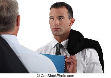collega, uomo affari, anziano, giovane, ascolto