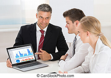 colleghi, suo, grafico, esposizione, maturo, uomo affari