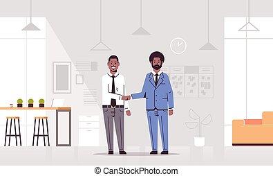 concetto, ufficio, associazione, pieno, scuotere, orizzontale, consoci, americano, interno, riunione, handshaking, appartamento, affari moderni, coppia, uomini, accordo, mano, durante, co-working, centro, lunghezza, africano