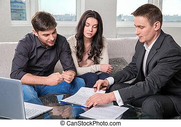 consiglia, firmare, documenti, agente, coppia