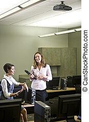 conversare, due, laboratorio, giovane, computer, donne