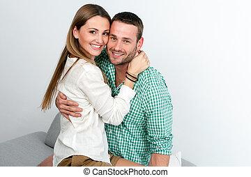 coppia abbracciando, indoors., attraente