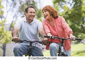 coppia, bicicletta, riding., maturo