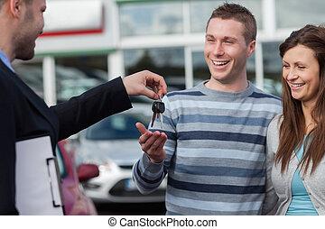 coppia, chiavi, ricevimento, venditore di automobili