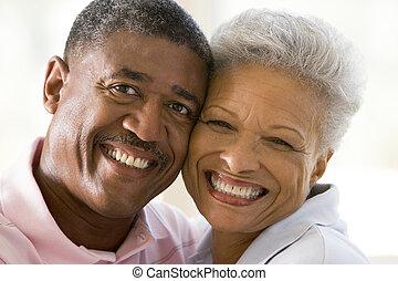 coppia, dentro, sorridente, rilassante