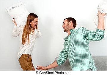 coppia, detenere, cuscino, fight., giovane