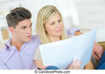 coppia, documento, attraverso, lettura, importante